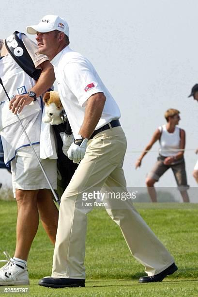 Golf SAP Open 2004 St Leon Roth Alexander CEJKA / GER hatte waehrend der Runde Probleme mit dem rechten Bein und musste sich mehrfach dehnen 200504