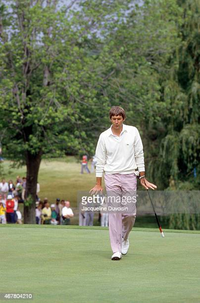 US Open Andy North victorious after making chip in shot from sand bunker during Sunday play at Oakland Hills CC Bloomfield Hills MI CREDIT Jacqueline...