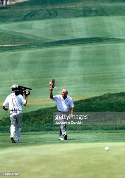 US Open Arnold Palmer tipping his hat during tournament at Oakmont CC Media camerman filming Oakmont PA CREDIT Jacqueline Duvoisin