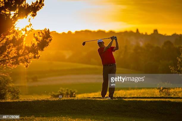 ゴルファーの夕暮れ - ティーグラウンド ストックフォトと画像