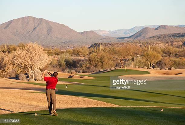 Golfista en dirección a la salida de la salida en Phoenix