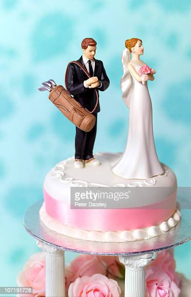 golfer getting married wedding cake - golf humour photos et images de collection