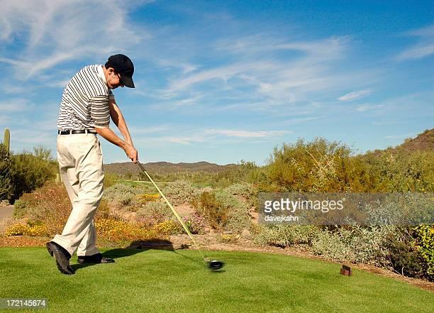 集中的なゴルファーの影響 - インパクト ストックフォトと画像