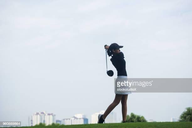 ドライブを作るゴルファー - 女子 ゴルフ ストックフォトと画像