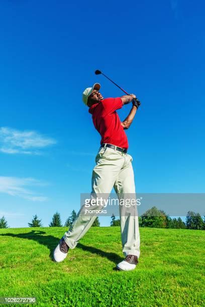 ボールを打つスイング クラブをコースでゴルファー - ゴルフクラブ ドライバー ストックフォトと画像