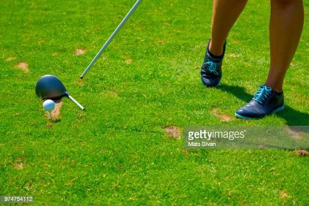 golfer on the tee box with broken golf club driver - golftee stock-fotos und bilder