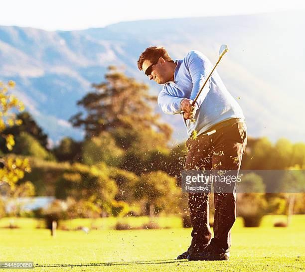 ゴルフのプレーには、のどかな自然光が差し込むゴルフコース - ゴルフのスウィング ストックフォトと画像