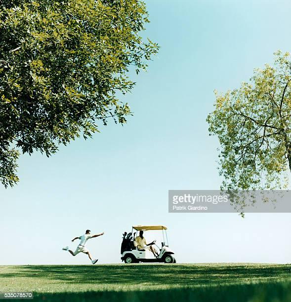 golfer running after golf cart - golf lustig stock-fotos und bilder