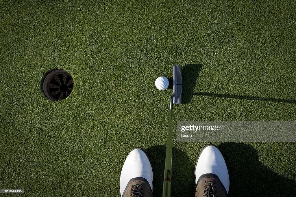 芝を傷つけないようにするためにゴルフシューズは必要