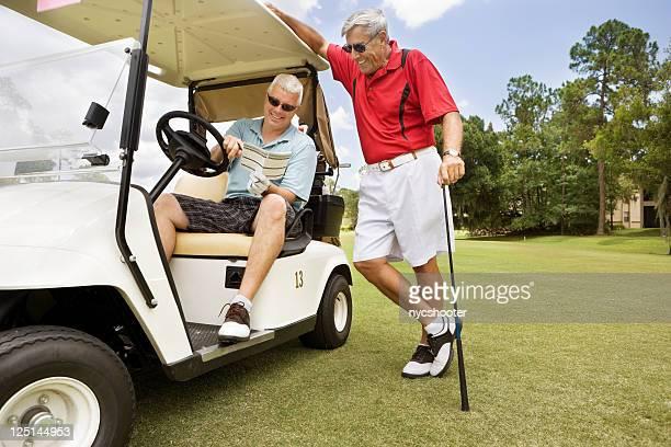 のスコアカードをお求めのゴルファー