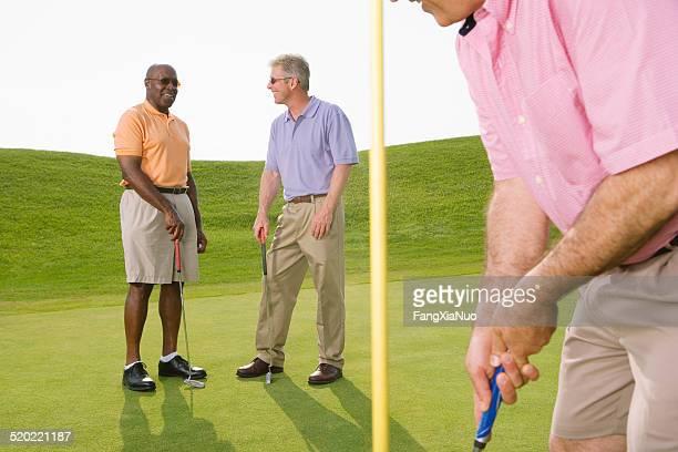 ゴルフゴルフコースで話している