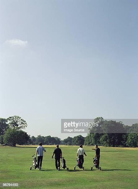 Golfer gehen und sprechen
