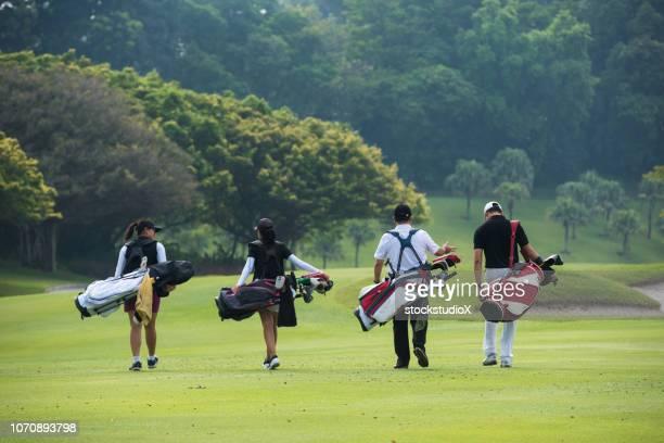 次の穴に歩いてゴルファー - ゴルフ選手 ストックフォトと画像