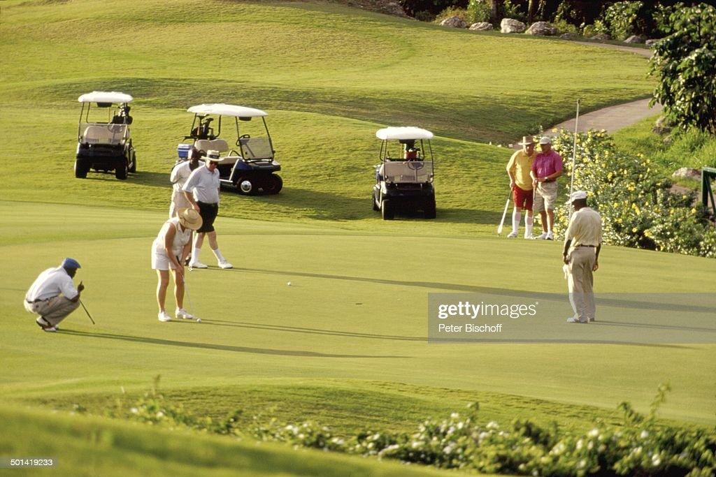 """Golfspieler auf Golfplatz vom Hotel """"The Sandy Lane"""", Holetown, Saint James, Insel B : News Photo"""