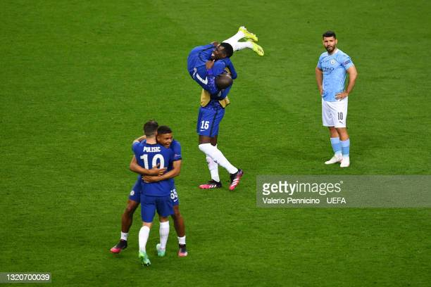 Golo Kante, Kurt Zouma, Christian Pulisic and Billy Gilmour of Chelsea celebrate winning the Champions League as Sergio Aguero of Manchester City...
