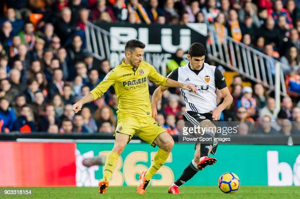 GonCalo Manuel Ganchinho Guedes of Valencia CF fights for the ball with Antonio Rukavina of Villarreal CF during the La Liga 201718 match between...