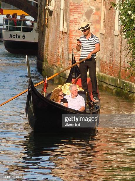 Gondel auf einem Seitenkanal am Kanal Grande aufgenommen am 13 Mai 2015 im Stadtviertel Dorsoduro in Venedig