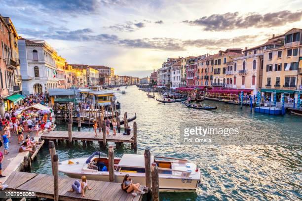 telecabina en gran canal desde el puente de rialto al anochecer - venecia fotografías e imágenes de stock