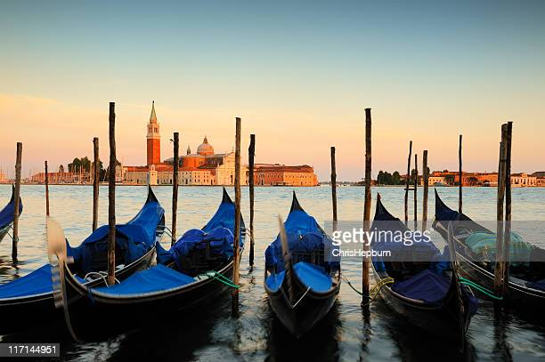 Gondolas al atardecer, Venecia, Italia