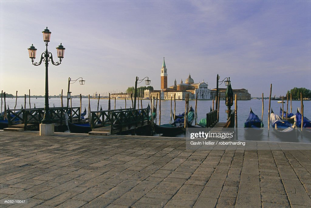 Gondolas moored with the island of San Giorgio Maggiore beyond, Venice, Veneto, Italy, Europe : Foto de stock