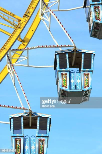 gondolas of ferris wheel - liborio pepi stock-fotos und bilder