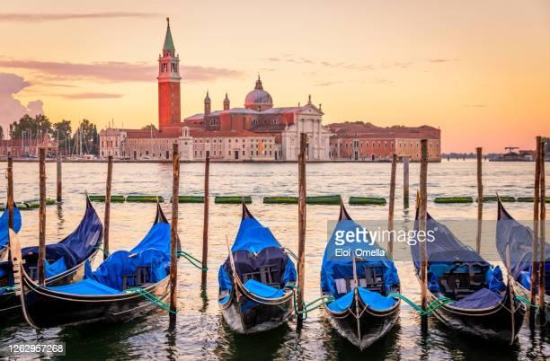 góndolas con san giorgio maggiore al amanecer, venecia, italia - venecia fotografías e imágenes de stock
