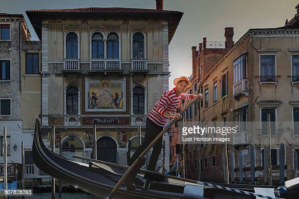 gondolier on grand canal, venice, veneto, italy - gondola traditional boat stock pictures, royalty-free photos & images