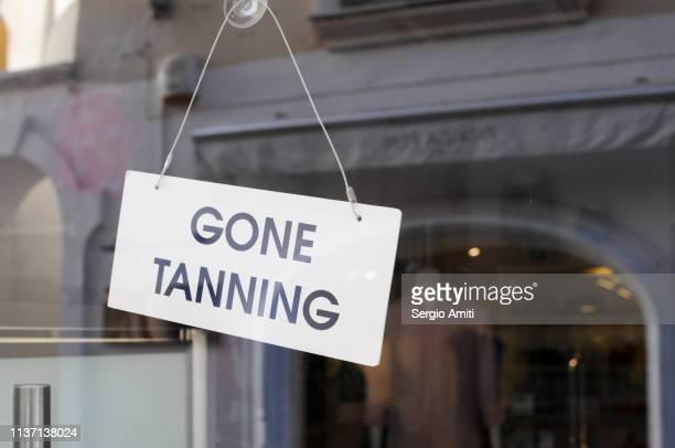 gone tanning sign - bronzage humour photos et images de collection