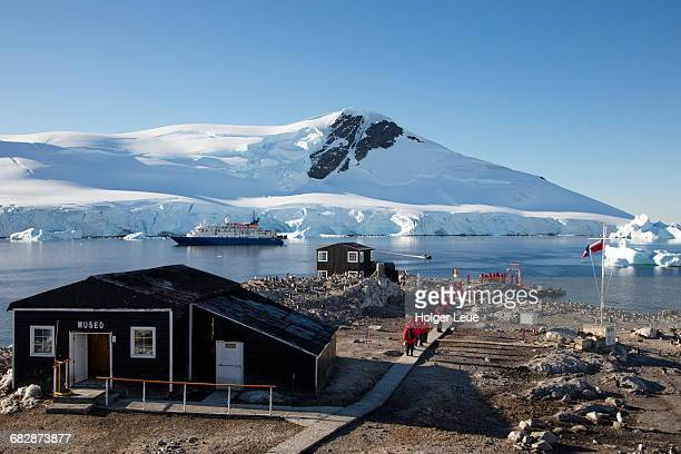 gonzalez videla base and cruise ship mv sea spirit - houses in antarctica stock pictures, royalty-free photos & images
