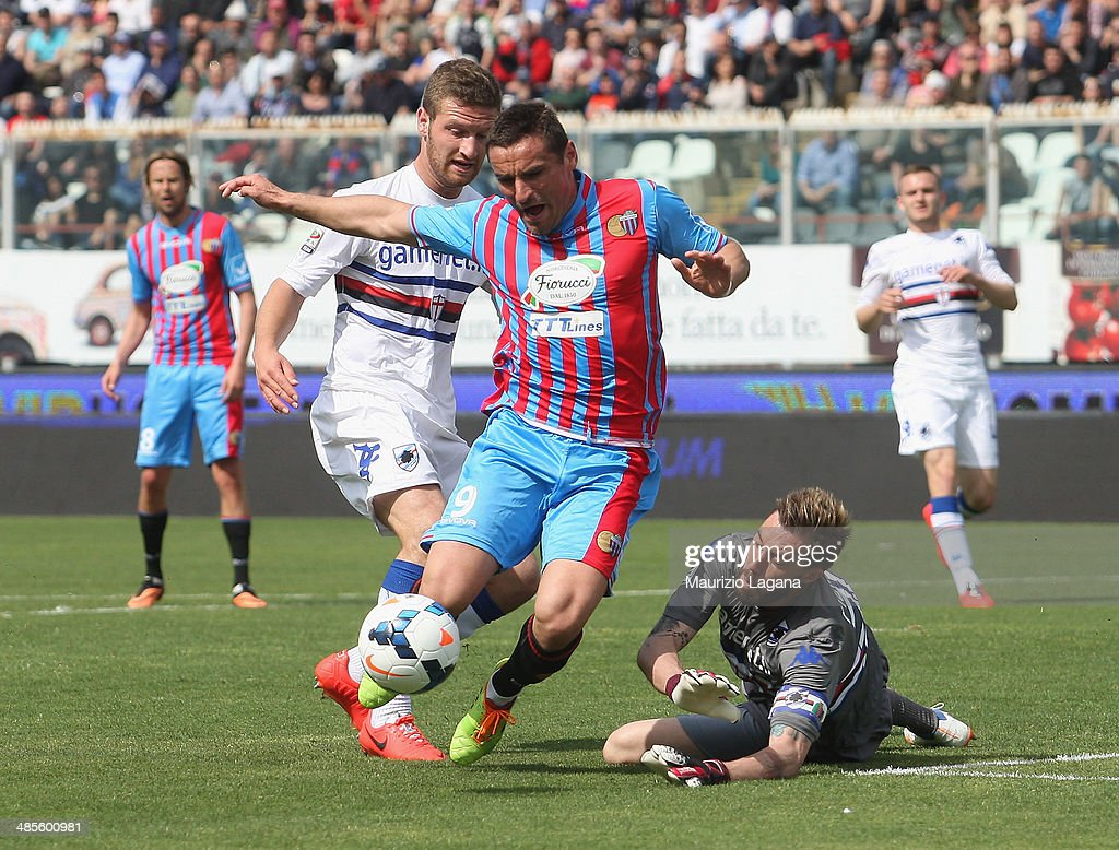 Gonzalo Bergessio (C) of Catania competes for the ball with Daniele Fiorillo of Sampdoria during the Serie A match between Calcio Catania and UC Sampdoria at Stadio Angelo Massimino on April 19, 2014 in Catania, Italy.