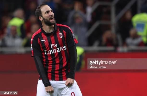 Gonzalo Higuain of AC Milan celebrates his goal during the Serie A match between AC Milan and UC Sampdoria at Stadio Giuseppe Meazza on October 28...