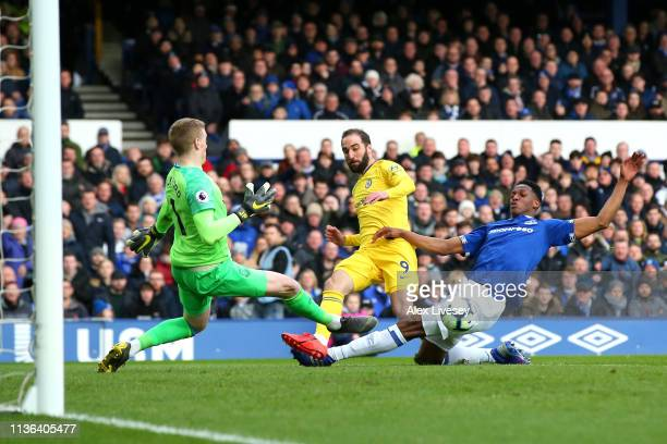 Gonzalo Higuain of Chelsea shoots infront of Jordan Pickford and Yerry Mina of Everton during the Premier League match between Everton FC and Chelsea...