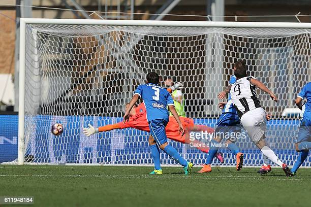 Gonzalo Higuain of Juventus FC scores a goal during the Serie A match between Empoli FC and Juventus FC at Stadio Carlo Castellani on October 2 2016...
