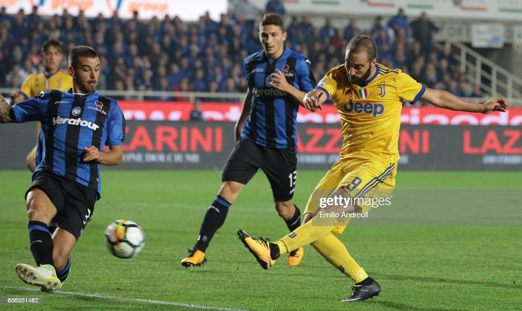 Gonzalo Higuain (R) of Juventus FC scores his goal during the Serie A match between Atalanta BC and Juventus at Stadio Atleti Azzurri d'Italia on October 1, 2017 in Bergamo, Italy.