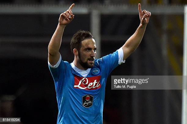 Gonzalo Higuain of Napoli celebrates after scoring a penalty during the Serie A match between US Citta di Palermo and SSC Napoli at Stadio Renzo...