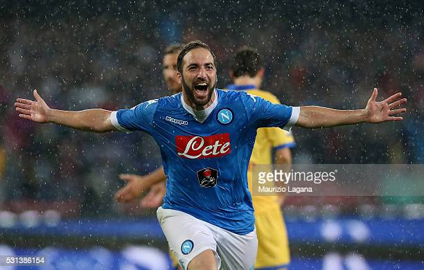Gonzalo Higuain of Napoli celebrates after scoring his team's 4th goal during the Serie A match between SSC Napoli and Frosinone Calcio at Stadio San...