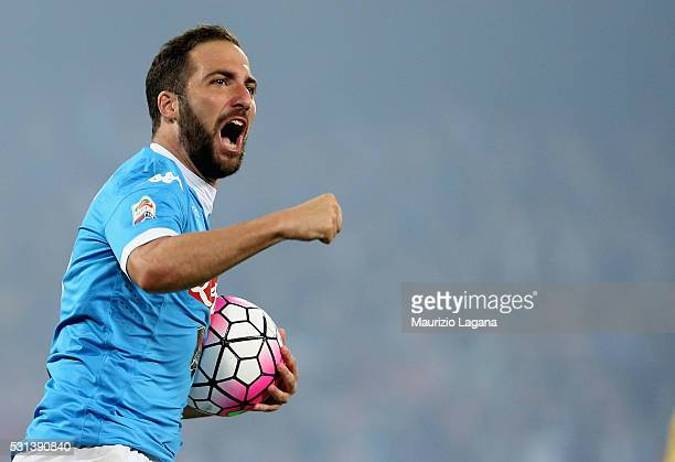 Gonzalo Higuain of Napoli celebrates after scoring his team's second goal the Serie A match between SSC Napoli and Frosinone Calcio at Stadio San...
