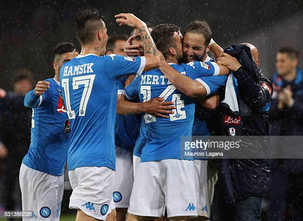 Gonzalo Higuain of Napoli celebrates after scoring his tema's 4th goal during the Serie A match between SSC Napoli and Frosinone Calcio at Stadio San...