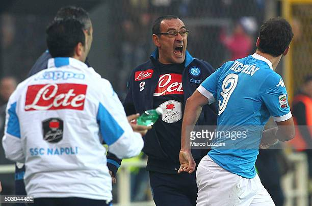 Gonzalo Higuain of SSC Napoli celebrates his goal with his coach Maurizio Sarri during the Serie A match between Atalanta BC and SSC Napoli at Stadio...