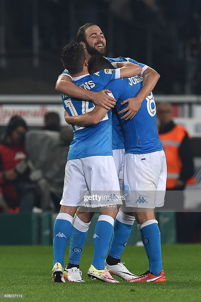 Gonzalo Higuain (C) of SSC Napoli celebrates victory with team mates Dries Mertens (L) and Jorge Luiz Frello Jorginho at the end of the Serie A match between Torino FC and SSC Napoli at Stadio Olimpico di Torino on May 8, 2016 in Turin, Italy.