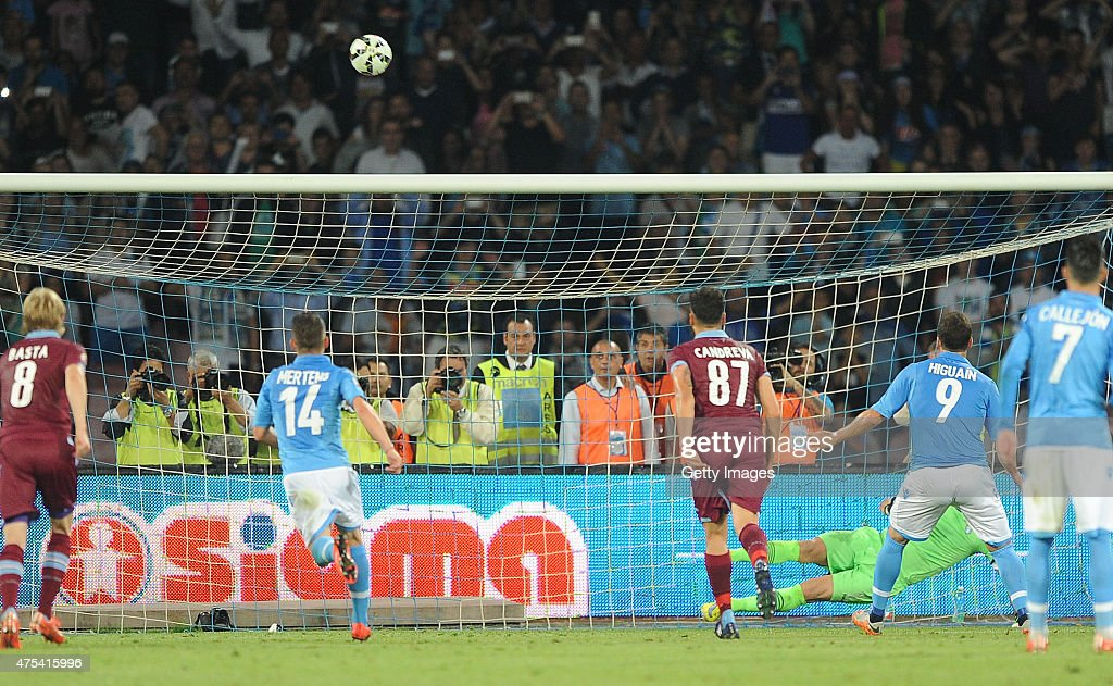 Gonzalo Higuain player napoli ago brings out the rigor during the Serie A match between SSC Napoli and SS Lazio at the Stadio San Paolo May 31, 2015 in Naples , Italy .