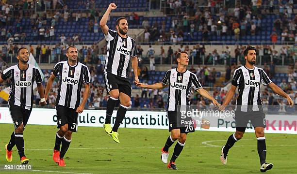 Gonzalo Higuain with his teammates of Juventus FC celebrates the victory after the Serie A match between SS Lazio and Juventus FC at Stadio Olimpico...