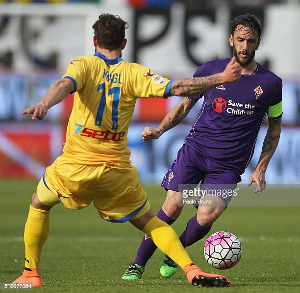 Gonzalo Javier Rodriguez of ACF Fiorentina Calcio competes for the ball with Oliver Kragl of Frosinone Calcio during the Serie A match between...