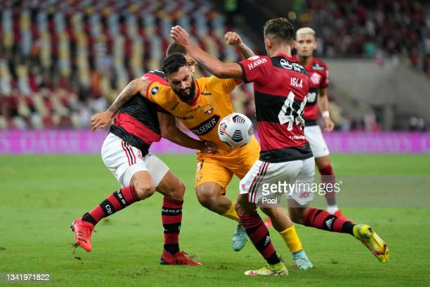 Gonzalo Mastriani of Barcelona SC fights for the ball with Mauricio Isla of Flamengo during a semi final first leg match between Flamengo and...