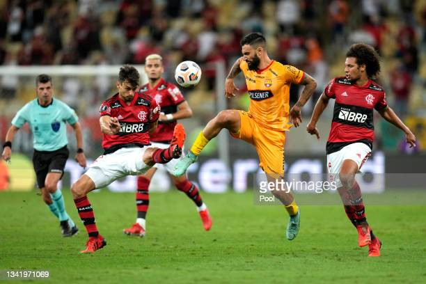 Gonzalo Mastriani of Barcelona SC fights for the ball with Rodrigo Caio and Willian Arão of Flamengo during a semi final first leg match between...