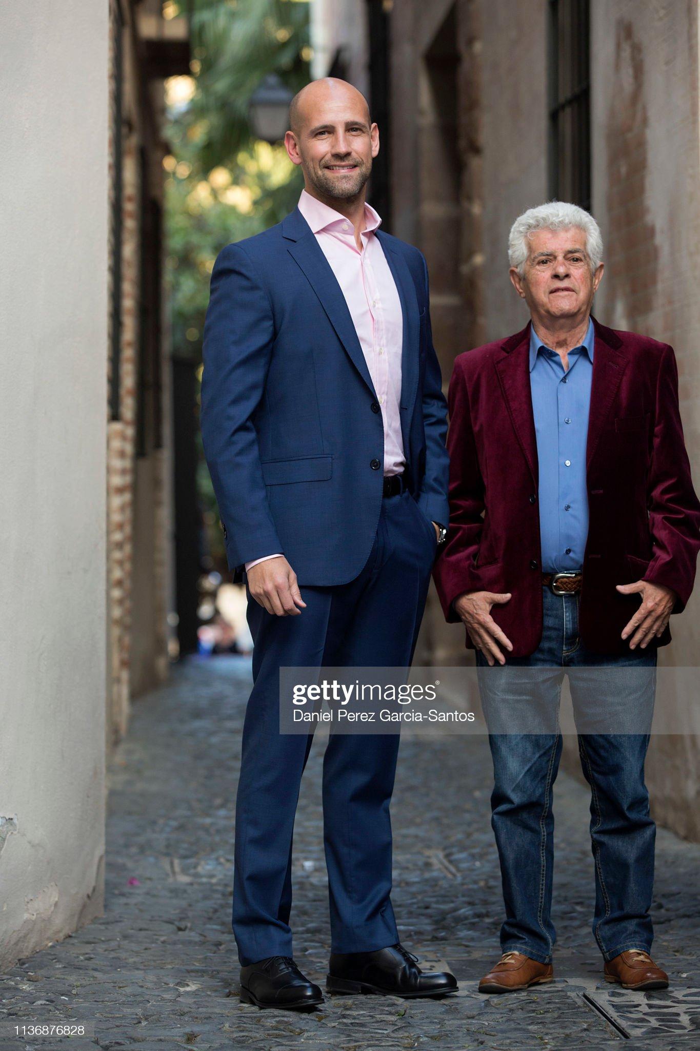¿Cuánto mide Guillermo Montesinos? - Altura Gonzalo-miro-and-actor-guillermo-montesinos-present-regresa-el-cepa-picture-id1136876828?s=2048x2048