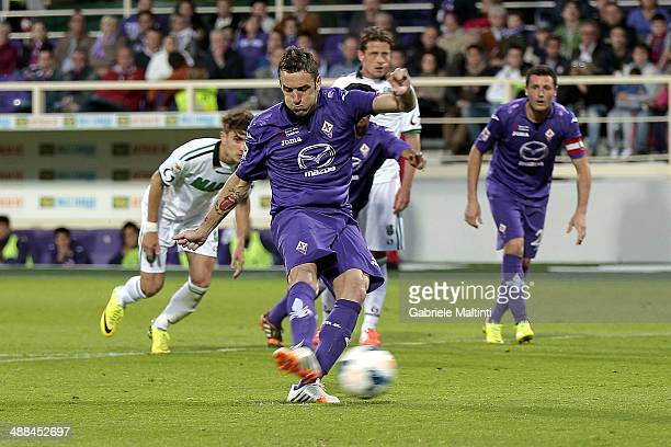 Gonzalo Rodriguez of ACF Fiorentina scores a goal during the Serie A match between ACF Fiorentina and US Sassuolo Calcio at Stadio Artemio Franchi on...