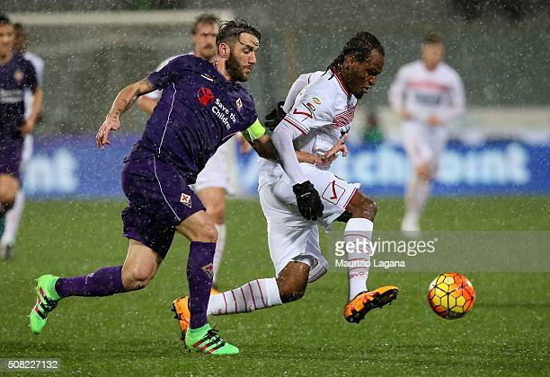 Gonzalo Rodriguez of Fiorentina competes for the ball with Jerry Mbakogu of Carpi during the Serie A match between ACF Fiorentina and Carpi FC at...