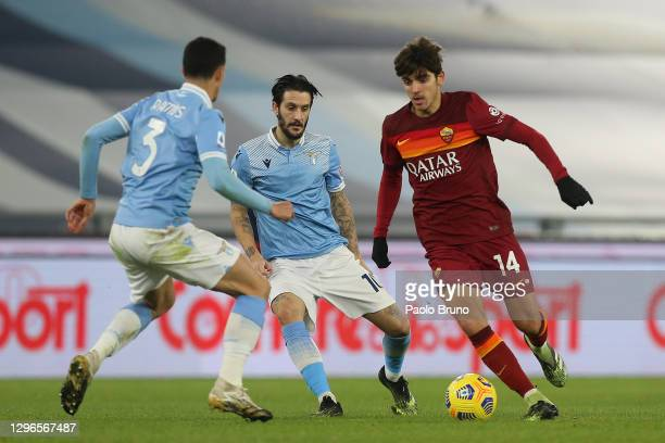 Gonzalo Villar of Roma is challenged by Luiz Felipe and Luis Alberto of Lazio during the Serie A match between SS Lazio and AS Roma at Stadio...