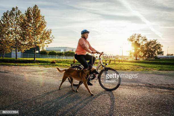 bom se comportando malinois cão e seu dono sênior - capacete esportivo - fotografias e filmes do acervo